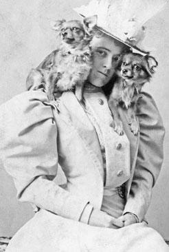Edith_Wharton_with_Chihuahuas_1890